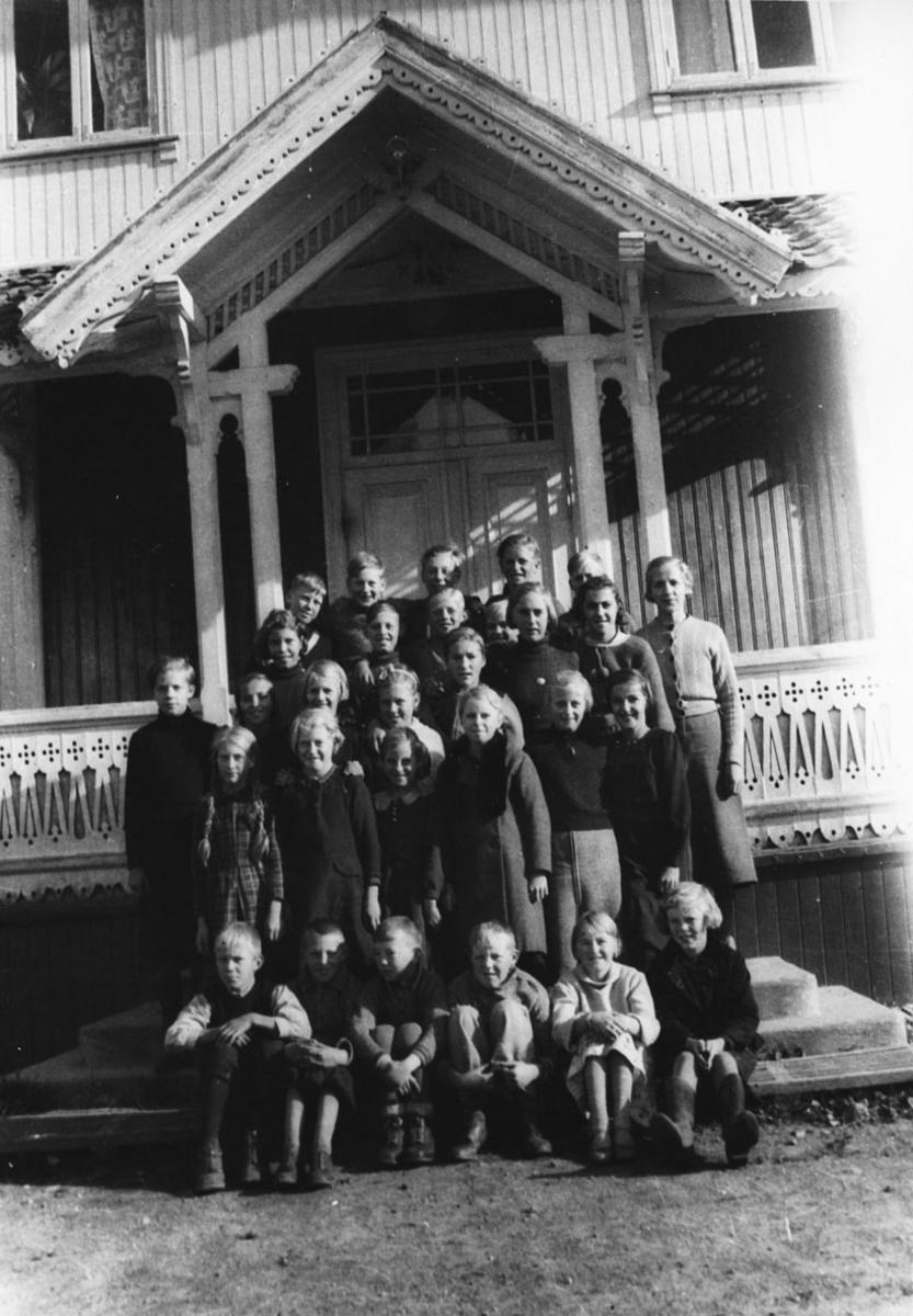 Elever og lærere utenfor Gardermoen skoles flotte sveitserstilsveranda