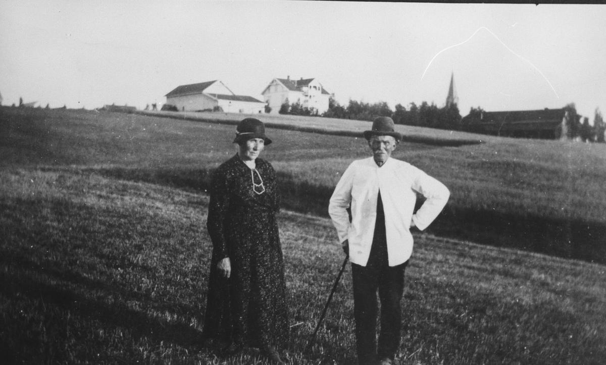 Julie og Martin Enger. Engersborg gård og Årnes kirke i bakgr.