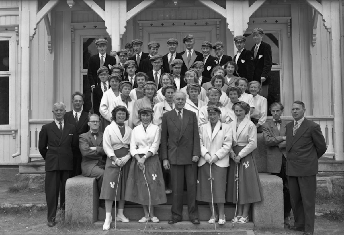 Russ utenfor Tingvoll ved Eidsvoll Kirke. Magnhild Sundli til høyre. Avgangsklassen ved Eidsvoll Kommunale Realskole 1957.