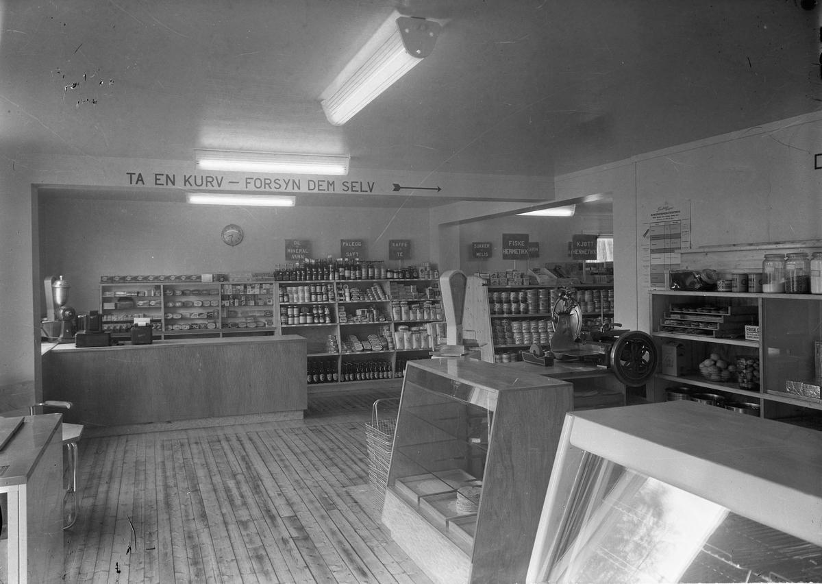 Interiør selvbetjeningsbutikk. Rasjoneringsveileder fra1950 på veggen.