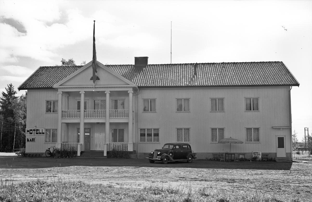 Hotell og kafe. 1930-talls bilmodell utenfor. 01.11.2012: Bilen kan være en Dodge 1935, muligens Strømmen-Dodge 7-seter. Skrevet av: Ivar E. Stav