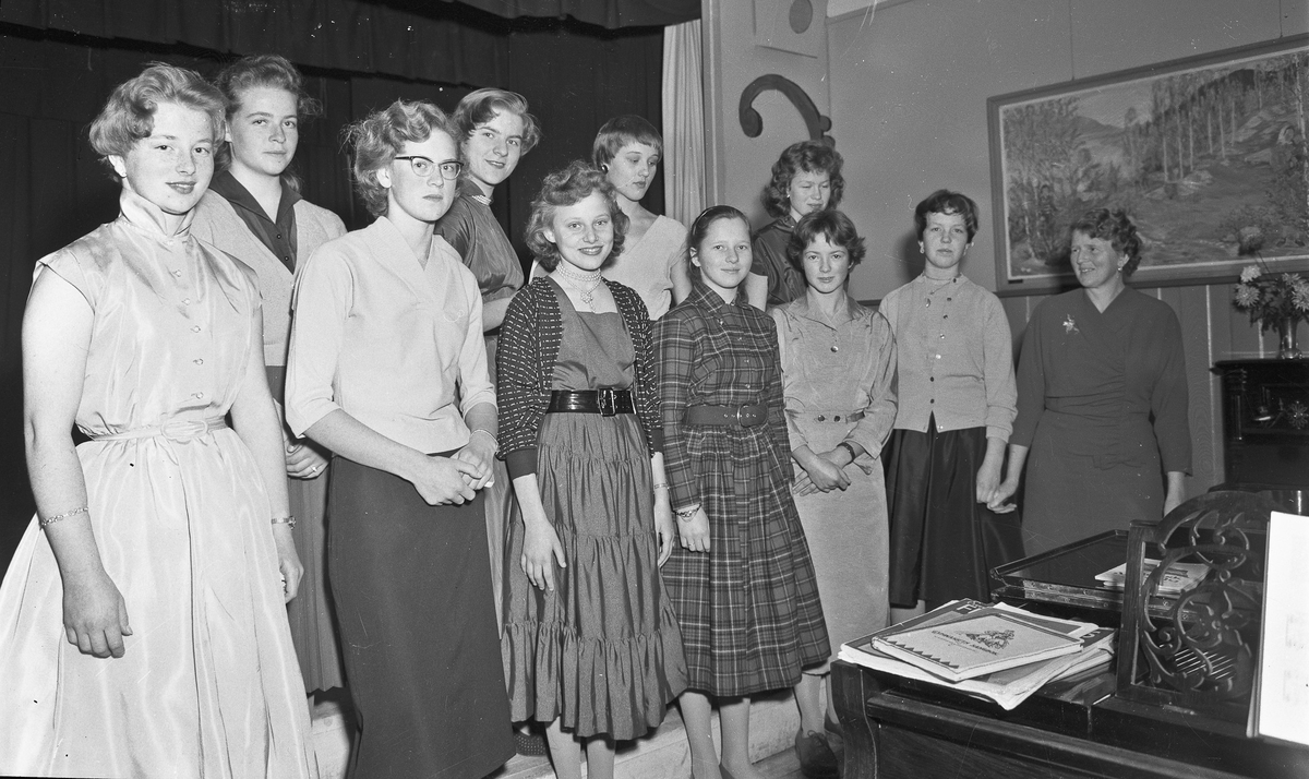 Jenter fra Eidsvoll kommunale realskole 1956/57.