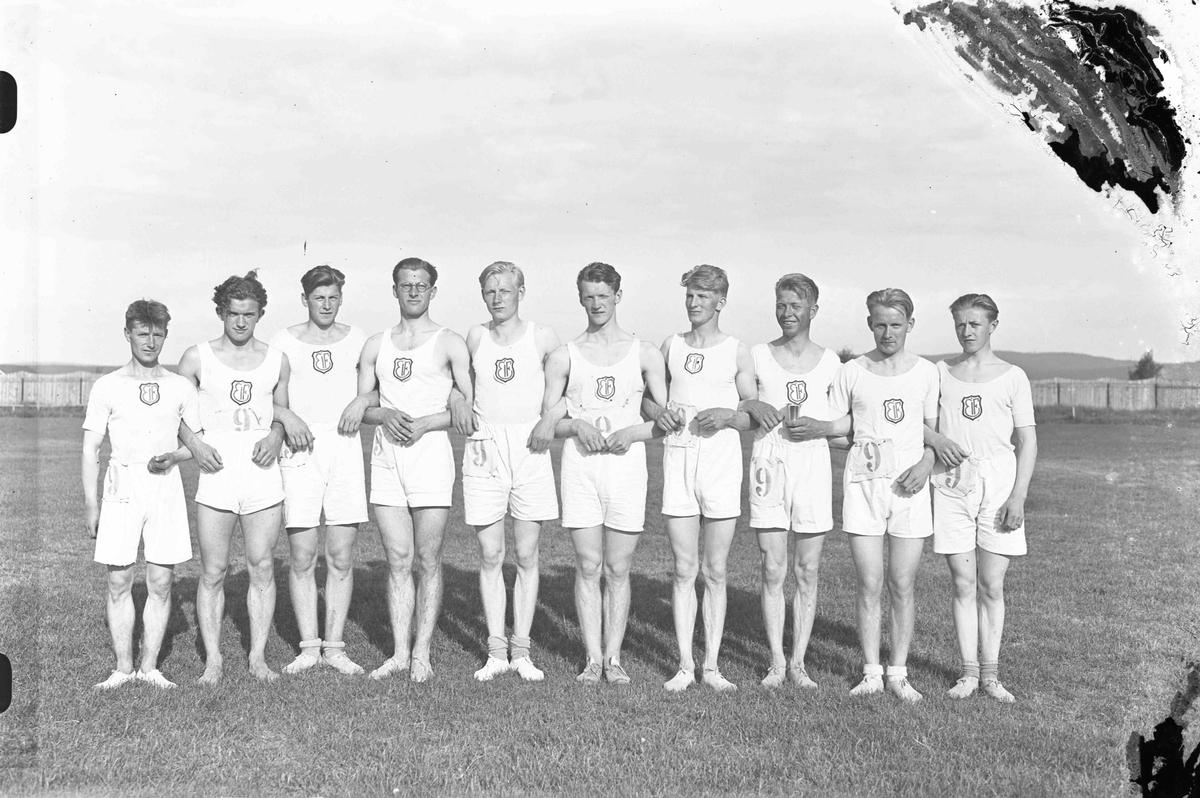 EIF sport gruppebilde. Fra Eidsvollstafetten i 1933. Fra v.: Kåre Amundsen, Olav Markhus, Georg Grøtvold, Søren Berger, Kaare Lund, Johannes Eidsskog, Aksel Forberg, Birger Forberg, Henrik Torgersen og Svein Nordby.
