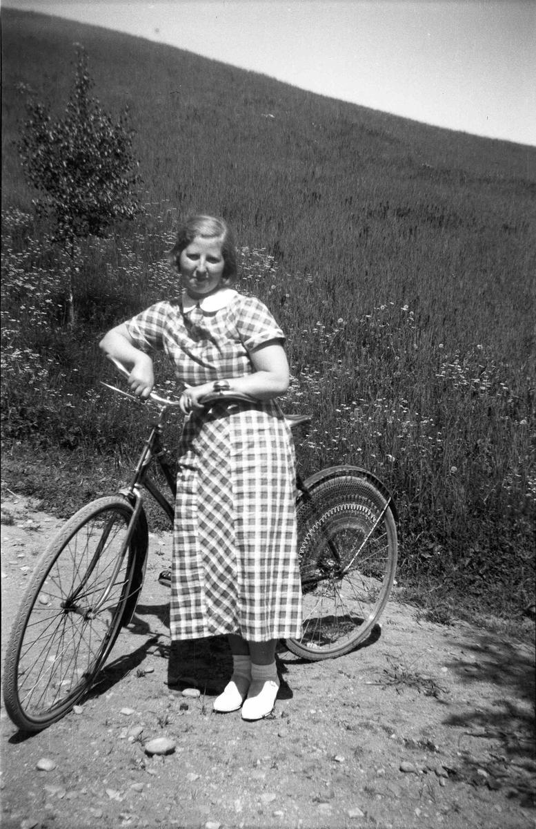 Portrett. Jente med sykkel