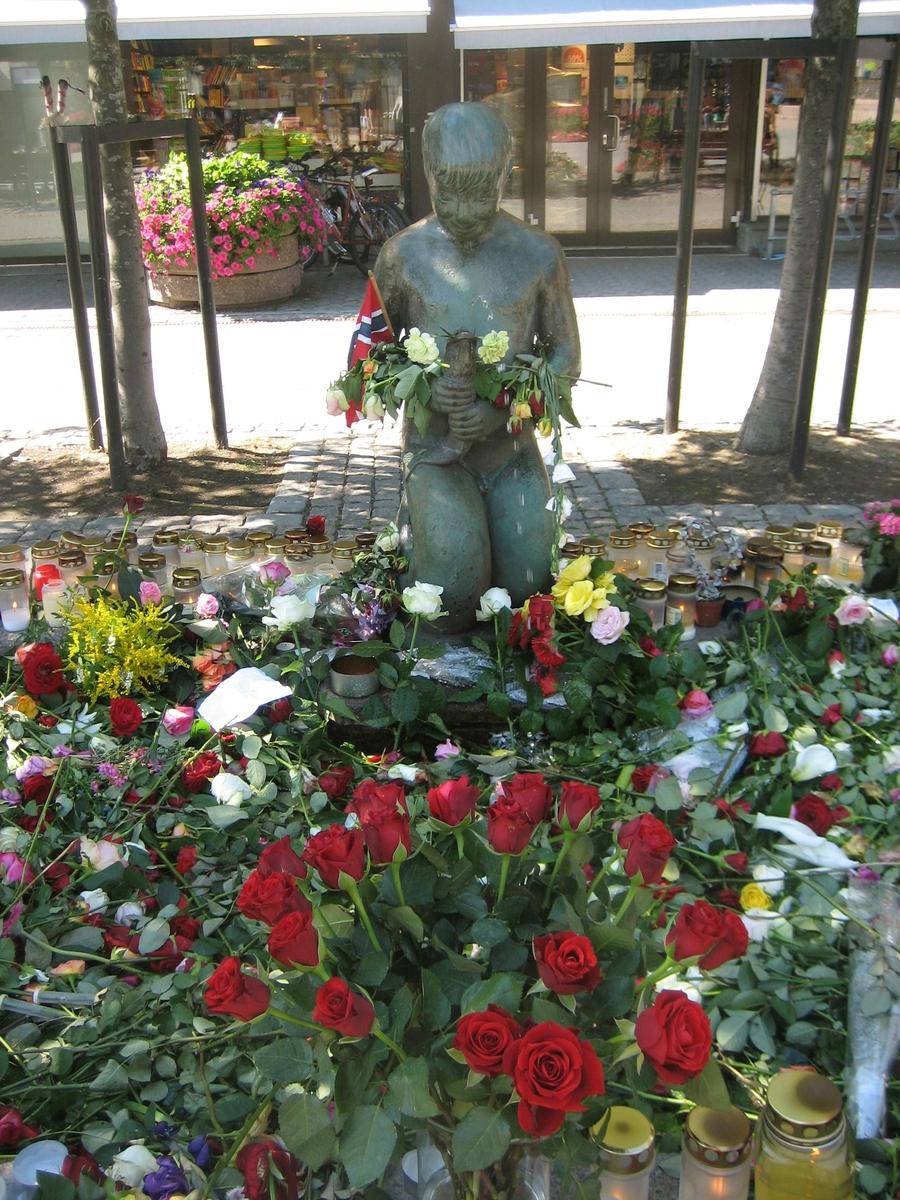 Minner etter terrorhandlingen den 22. juli 2011. Blomster og lykter ved Havgutten på Lillestrøm torg.