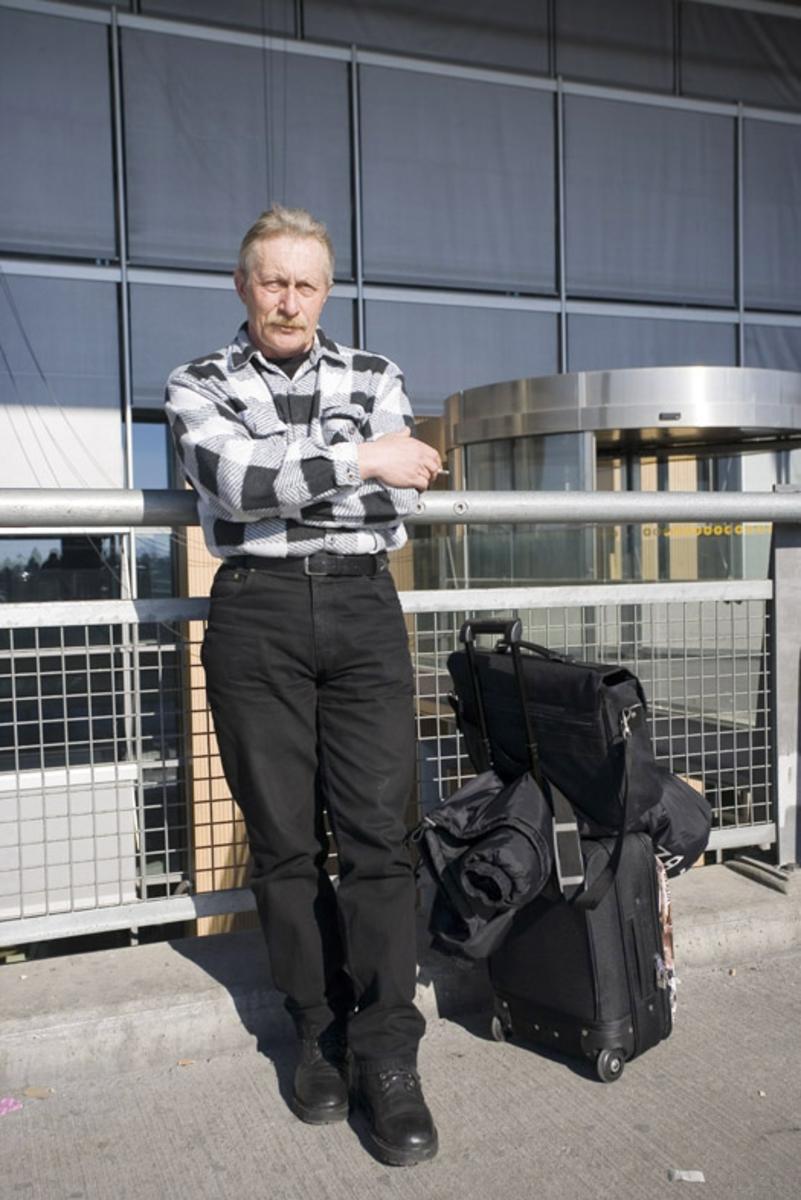 Vesker. Utenfor ved inngangen til avgangshallen. Mannlig reisende med bagasje. Fotodokumentasjon i forbindelse med dokumentasjonsprosjekt - Veskeprosjektet 2006 - ved Akershusmuseet/Ullensaker Museum.
