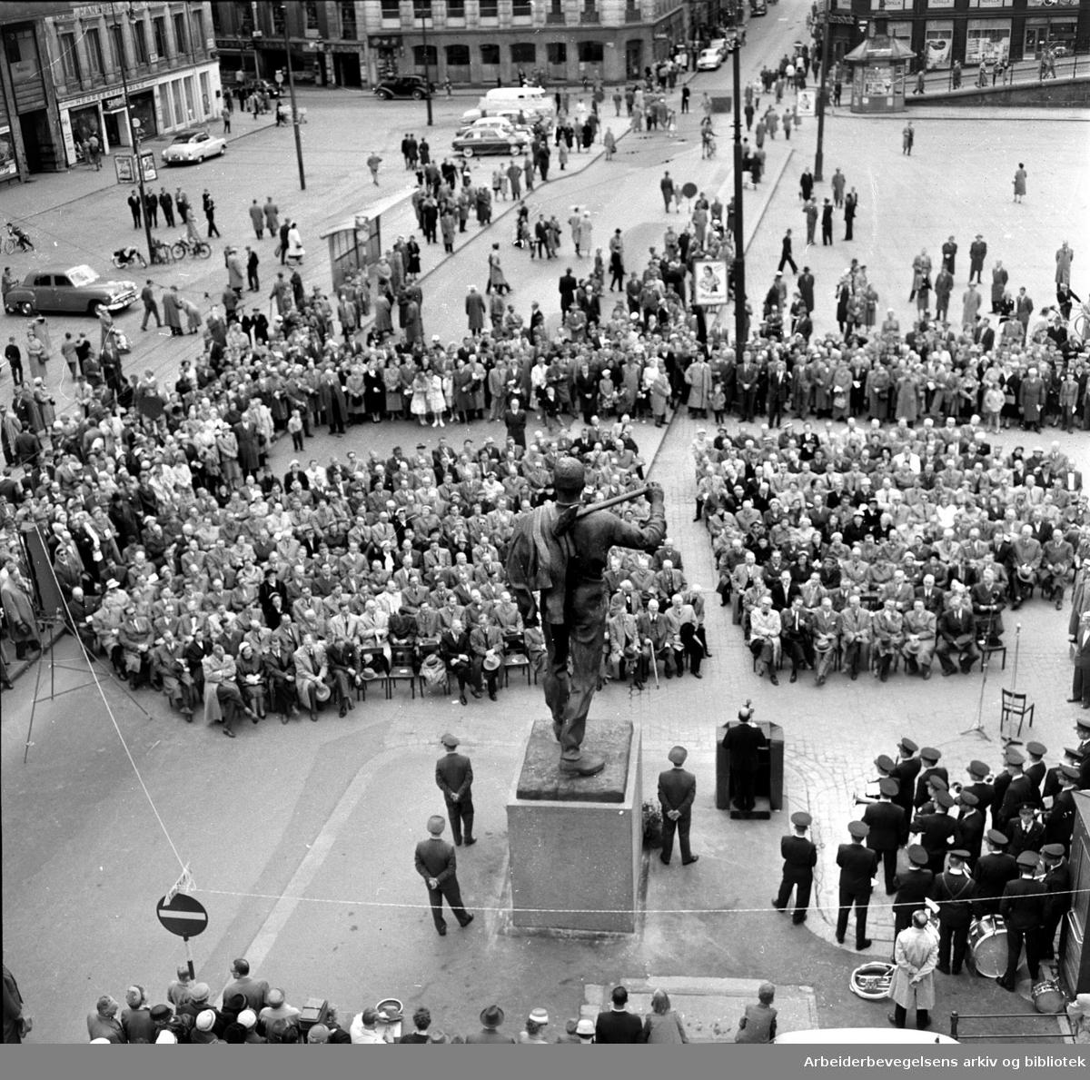 """Avduking av """"Pioneren"""" laget av Per Palle Storm på Youngstorget, 18. mai 1958."""