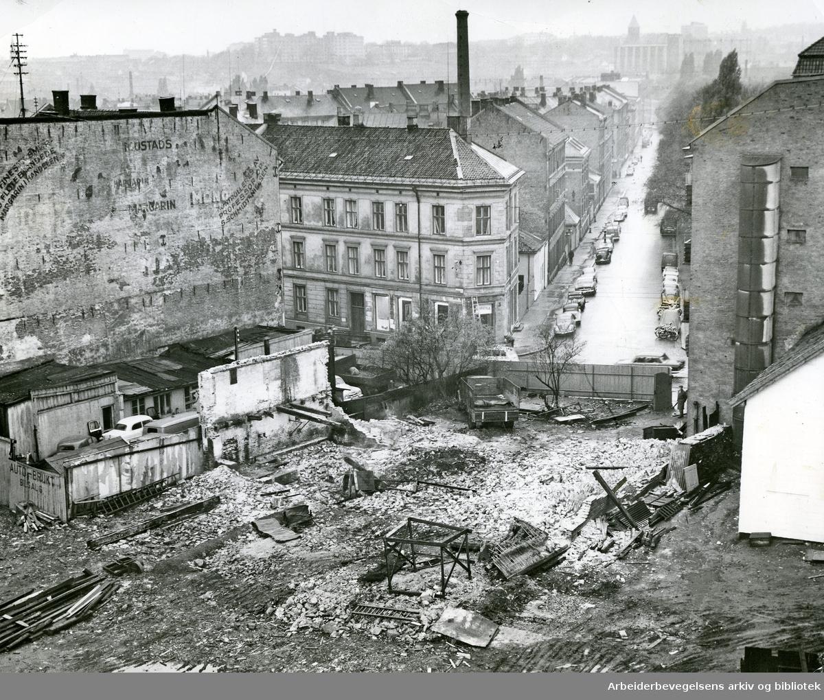 Sanering av gamle bygårder i Trondheimsveien 39 for gjennomføring av Sofienberggata mellom Trondheimsveien og Sarsgate,.oktober 1963