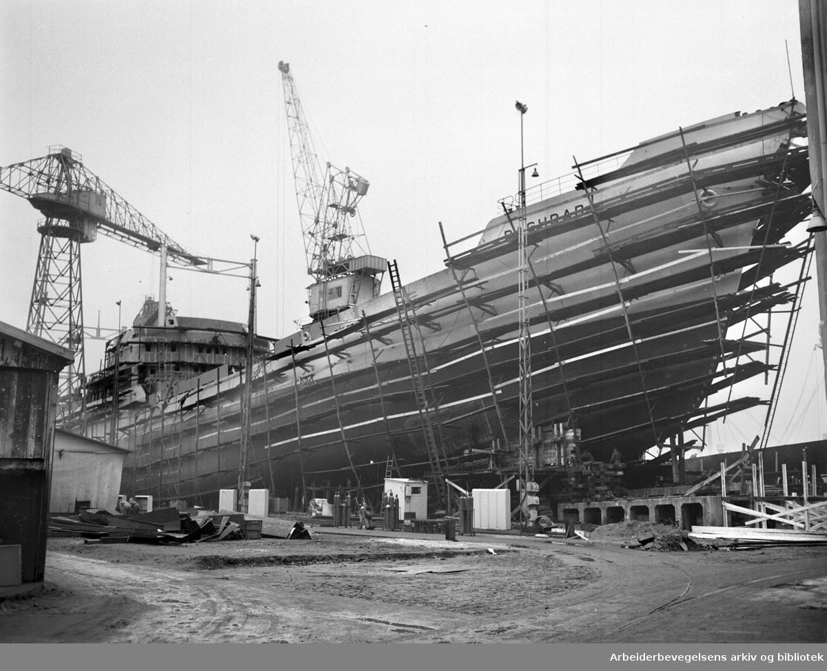 "Ny båt på Akers Mekaniske Verksted .""Baghdad"" (Fred Olsen),.november 1955"
