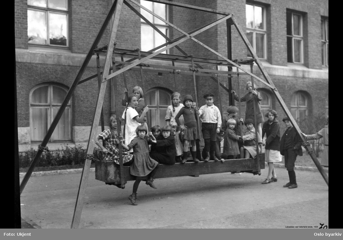 Vaterland skole, lekeplass, huske, barn i lek