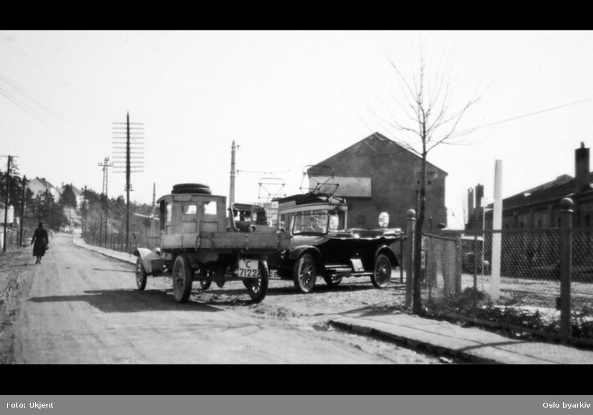 Kongsveien og vognhallen på Holtet til høyre, lastebiler.