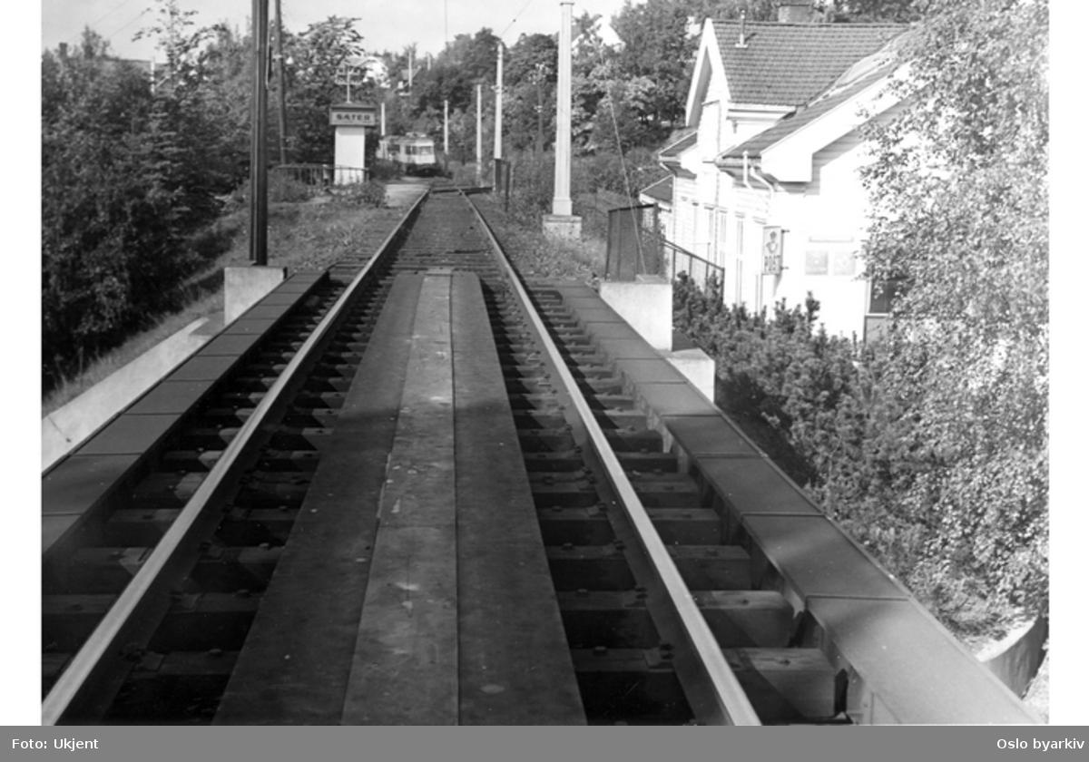 Postkontor/stasjonsbygning til høyre, Ekebergbanen ankommer stasjonsområdet lenger bak