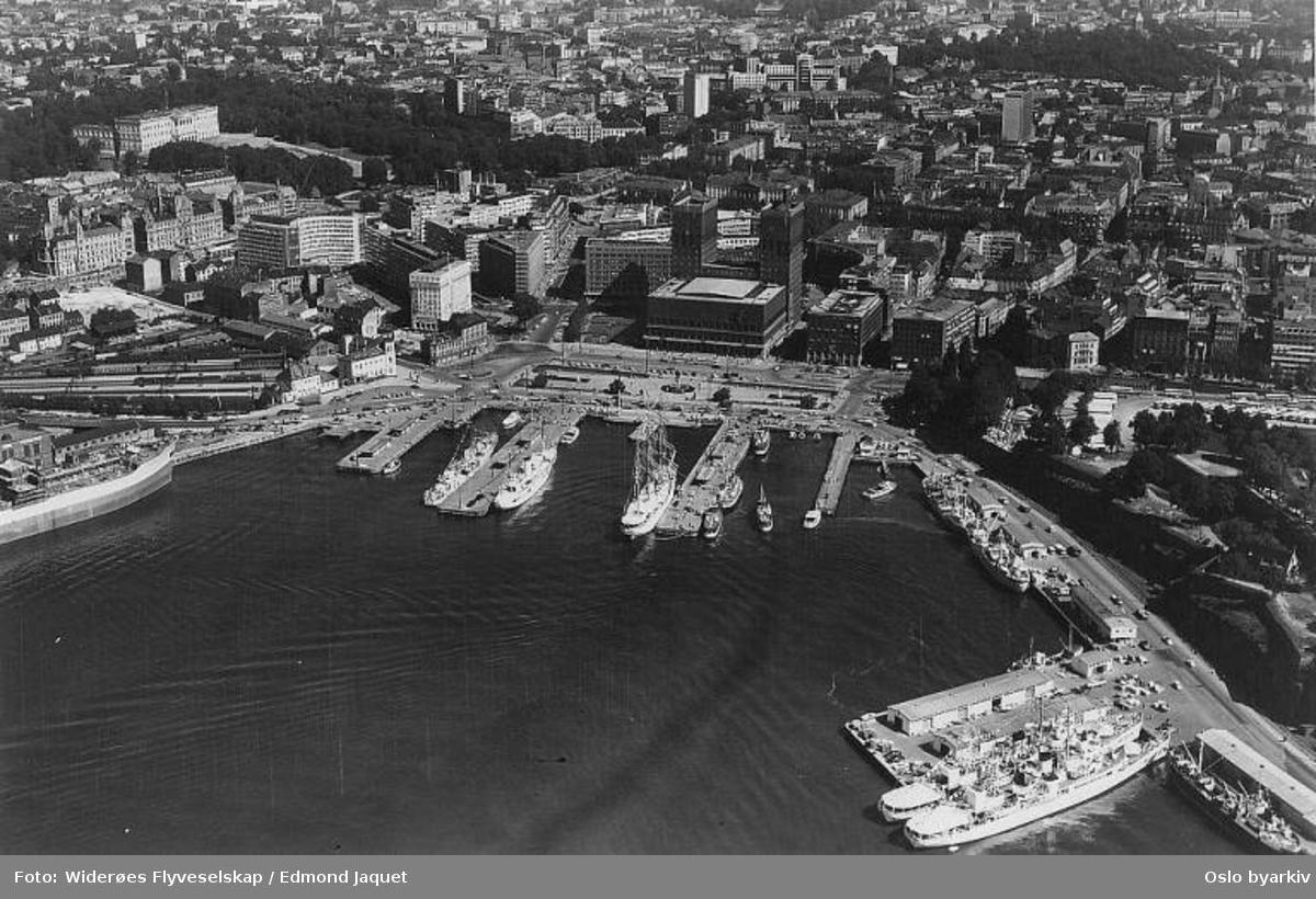 Rådhuset, Vestbanen, Akerhusutstikkeren, Rådhusbryggene. (Flyfoto)