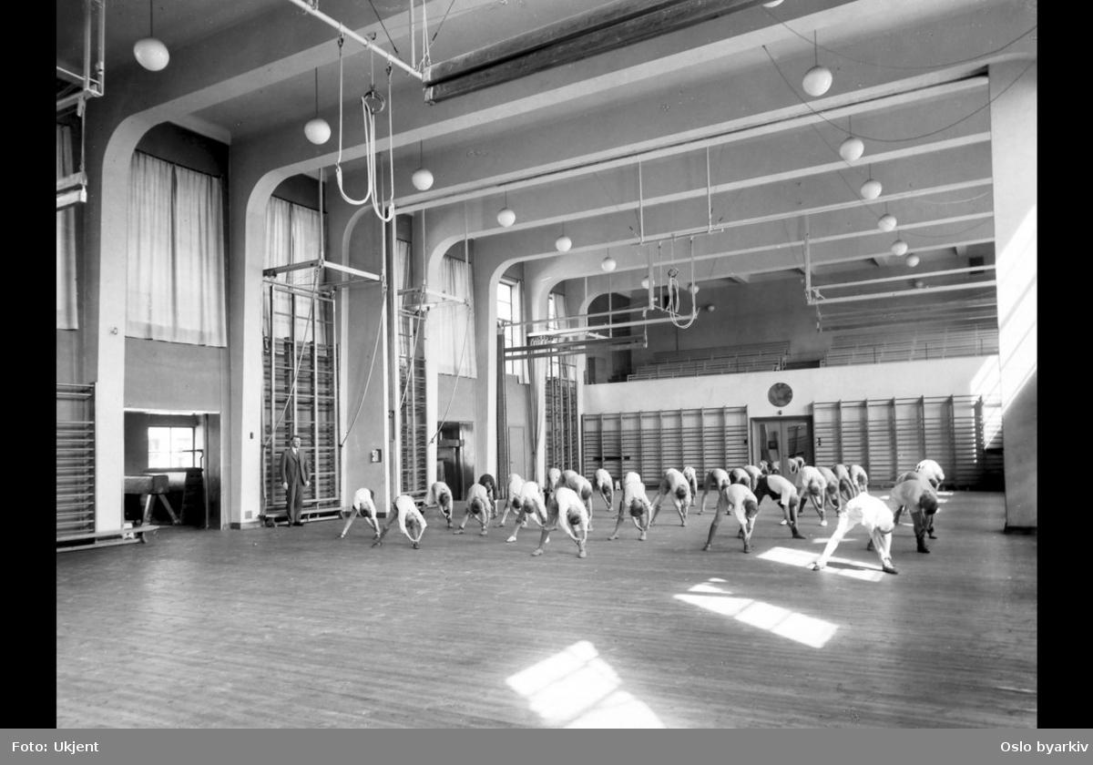 Linjegymnastikk, turn. Møllergatens skoles utvidelse, 1933 (albumtittel) (Møllergata skole)