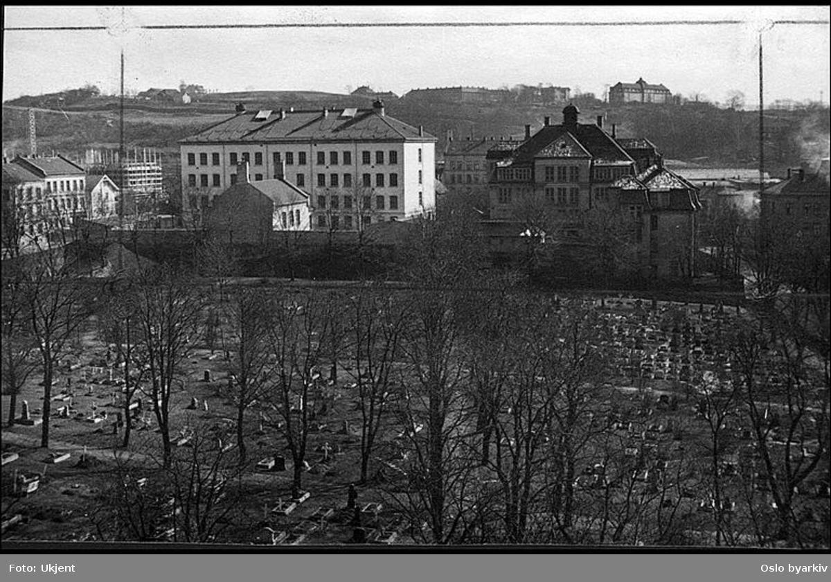 """Sofienberg kirkegård. Petrus kirke (Sofienberg kirke). Albumtittel: """"Sofienberg skole femti år - første september 1933."""""""