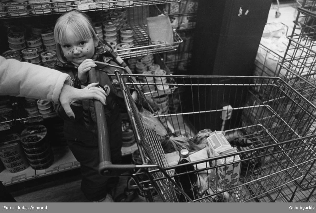 Barn og handlevogn. Fotografiet er fra prosjektet og boka ''Oslo-bilder. En fotografisk dokumentasjon av bo og leveforhold i 1981 - 82''. Kontakt Samfoto ved ev. bestilling av kopier.