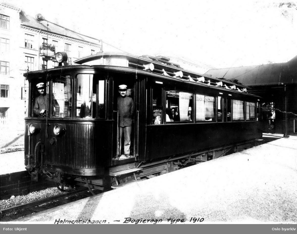 Holmenkollbanens 37, type 1910, som ny, med betjening oppstilt for fotografering.