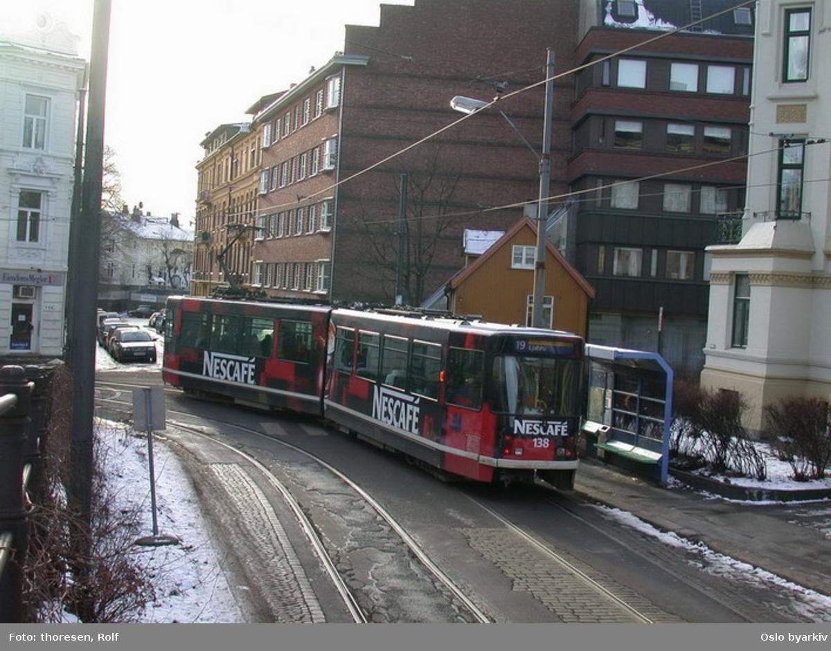 Oslo Sporveier. Briskebytrikken. Trikk motorvogn 138 type SL79 linje 19 til Ljabru svinger inn i Briskebyveien fra Holtegata.