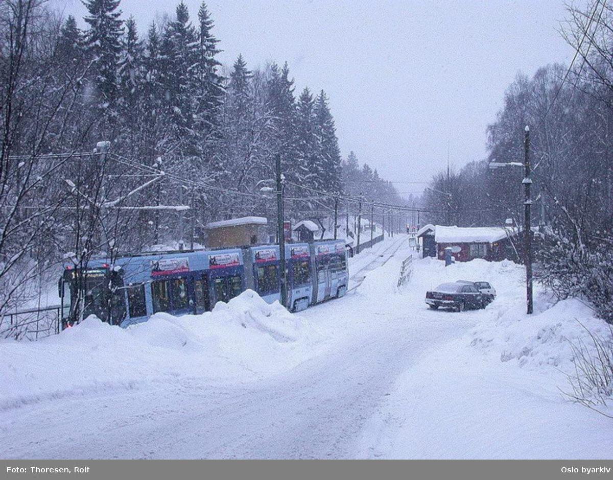 Oslo Sporveier. Trikk motorvogn 145 type SL95 linje 10 ved Jar endeholdeplass. Vinterbilde med snøvær.