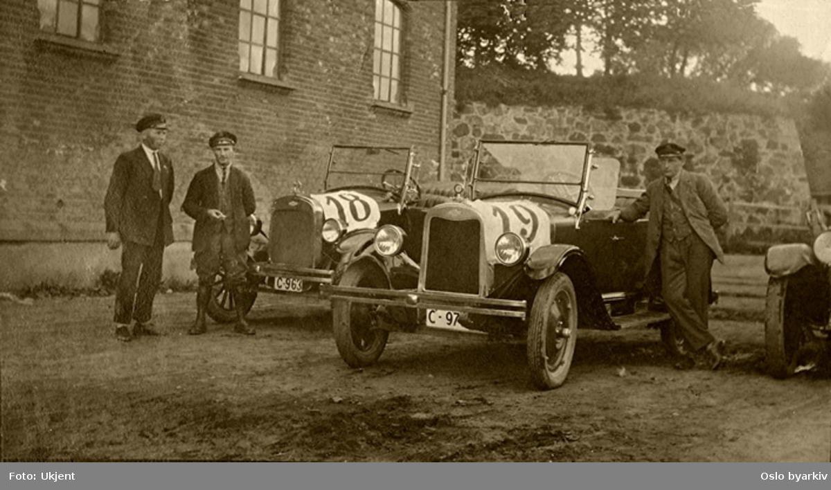 To biler, Chevrolet, 1924 t.v., 1925 t.h., med sjåfører. Fra Akershusløpet, som ble kjørt rundt festningen. Anders Wilhelm Nielsen til høyre.