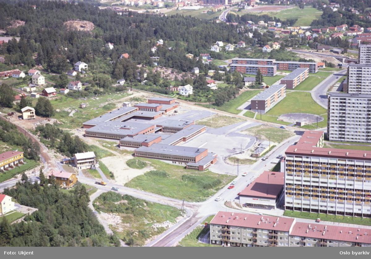 Rødtvet skole midt på bildet. Sandåsveien krysser Rasmus Engers vei i front. Rødtvetveien bak til høyre. (Flyfoto)