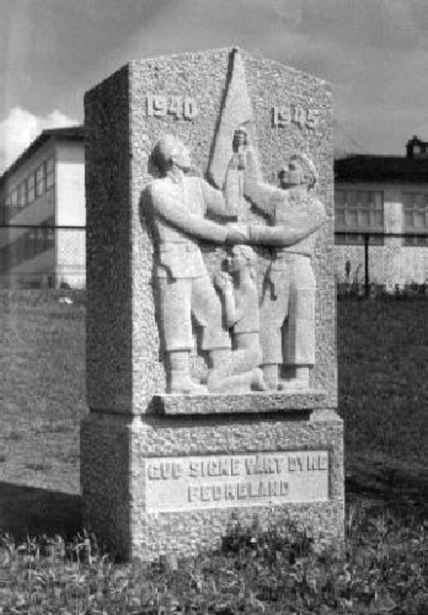 Krigsminnesmerke. Minnestøtte med relieff. Lys Fredrikstad-granitt (hogget av steinhogger Håkon Helgestad, Fredrikstad). Høyde 169 cm, Bredde 100 cm, Dybde 62 cm.