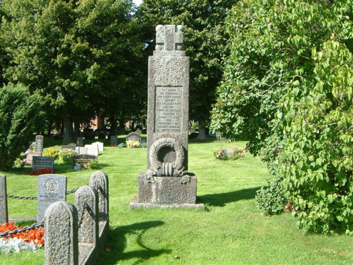 Bauta i granitt med inskripsjon, og gravsted med 22 graver fra krigen 1914-1918, og 1 grav fra krigen 1940-1945.