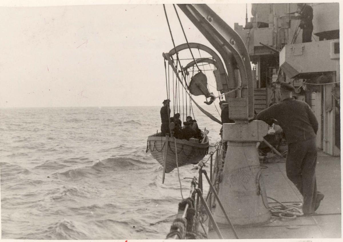 """Detaljer fra livet om bord i jageren """"Eskdale"""", livbåt låres"""