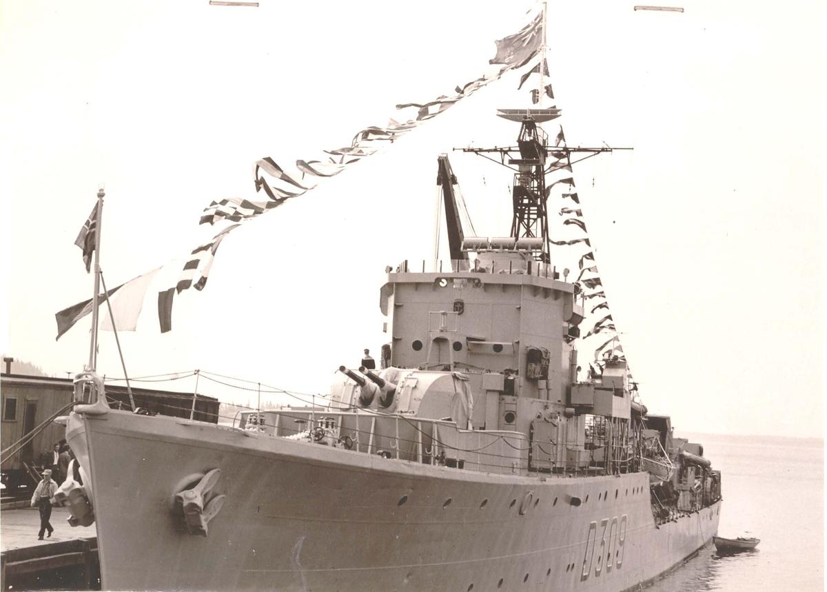 """Jageren  KNM """"Narvik"""", på kadett-tokt til Canada i 1953. Besøker her Lunenburg, Nova Scotia."""