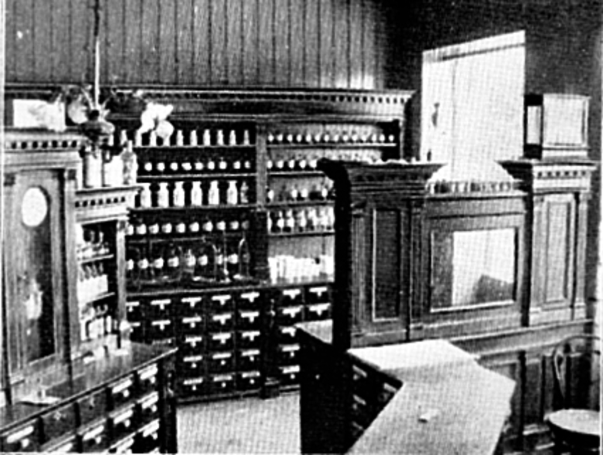 """INTERIØR LØVEAPOTEKET, STRANDGATA 55Løveapoteket var Hamars andre apotek, og åpnet sine døre 31. oktober 1891 i Strandgata 55. Her ble apoteket værende fram til det flyttet til Torggata 72 i 1975. Fra før av fantes Hamar Apothek som startet sin virksomhet i 1852. Senere skulle dette apoteket ta navnet """"Svanen""""."""