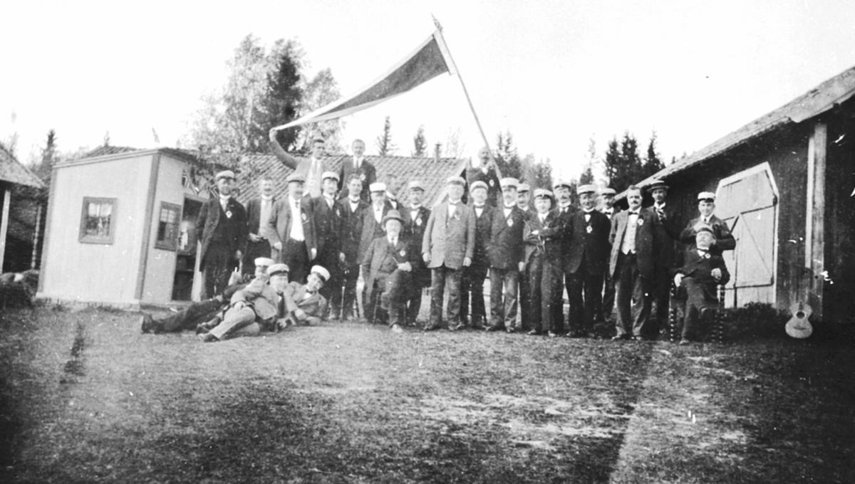 Korsangere fra Hamar korforening på Gjerlaugbakken gård, Furnes.
