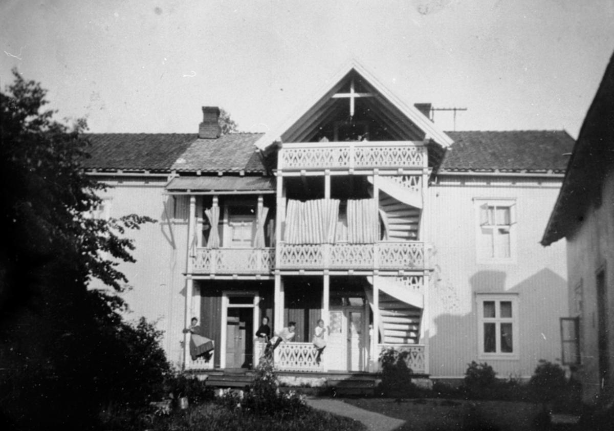 Eksteriør, bakgården til baker Kristiansen i Gamlegata, Brumundddal.