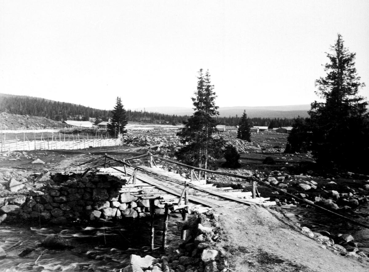 Bru over Skollelva ved Gammelskolla seter i Ringsakerfjellet. Setervangen delt mellom Ringsaker og Øyer. Til venstre er seter for Løken, til høyre Bogsti.