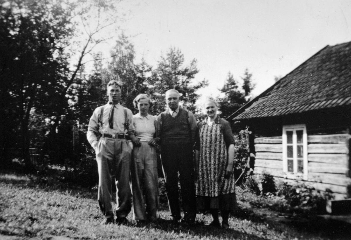 Harald Oskar Vestli (1900-1981), ukjent, Lars Olaussen Vestli f.1875, Sofie Håkonsdatter Vestli f.1879 på Helgøya.