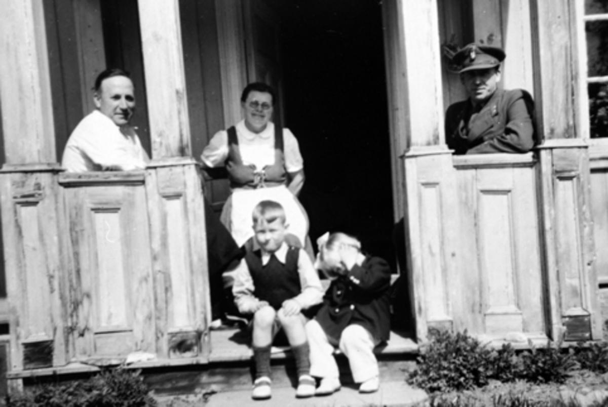 Bakkerud, Randi Johanne og Anders Ole Hauglid på trappa. Bak fra venstre er Johan og Emma Hauglid, Adolf Magen Hauglid. Brumunddal.