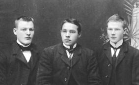 GRUPPE: 3 UNGE MENN, UKJENT, MARTIN PALERUD FØDT: 1889, TIL HØYRE: ADOLF JOHANSEN, NYHEIM