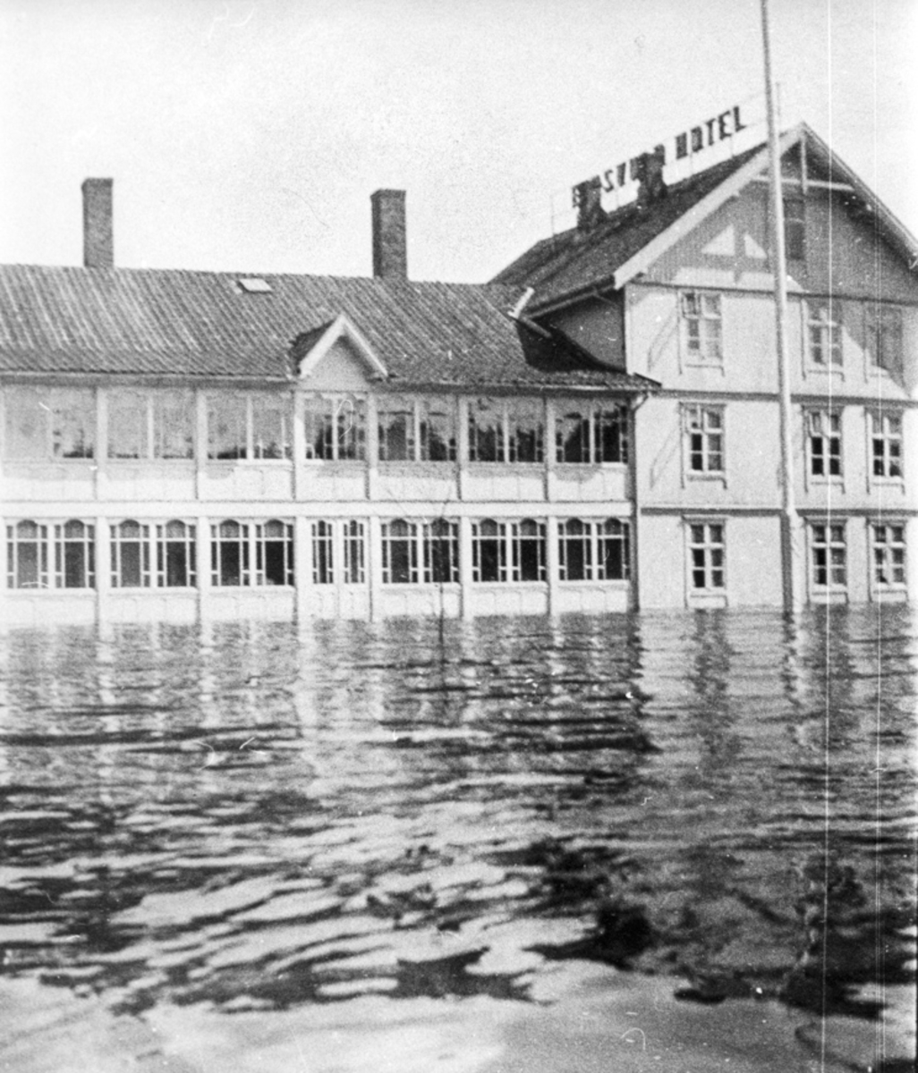 Flom i Sundet. Eidsvoll Hotell / «Eidsvold Hotel». Sannsynligvis i 1927. «Eidsvold Hotel 11.7.1927» står bak på bildet.