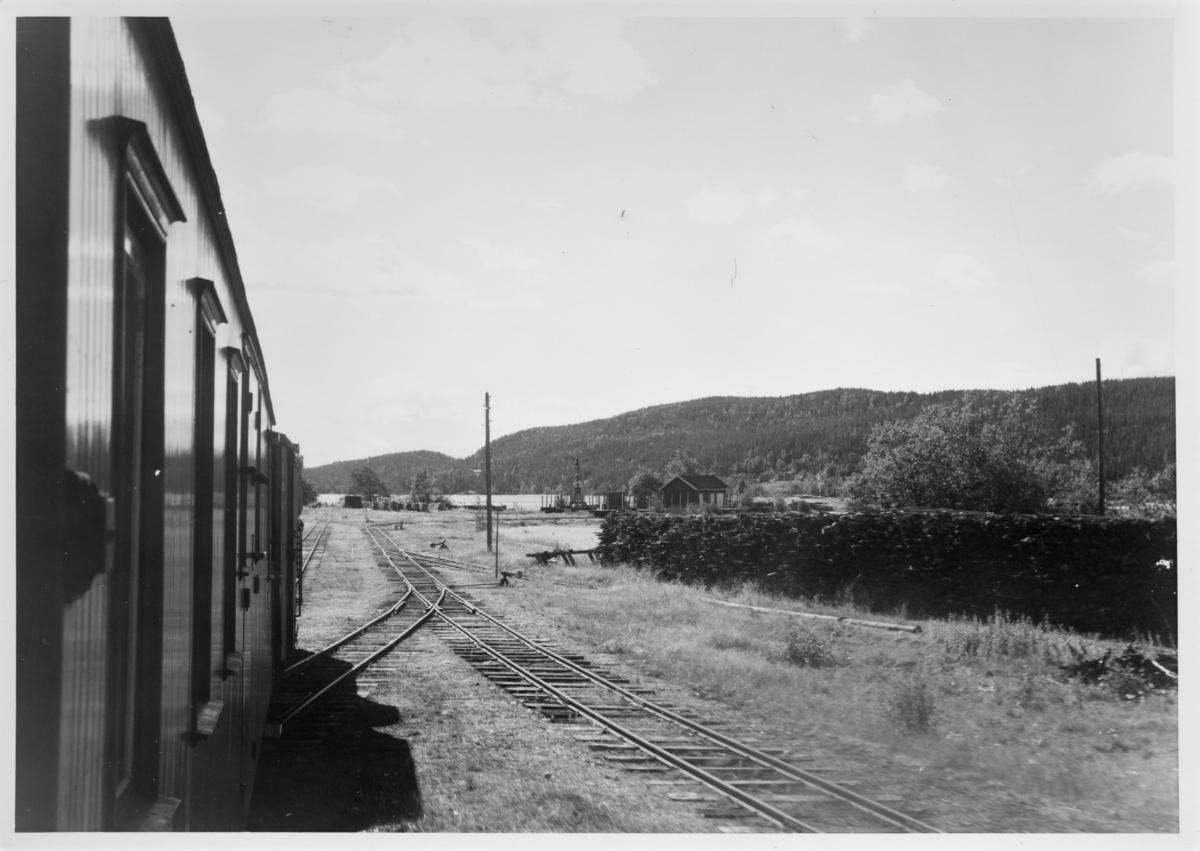 Utsikt fra toget retning Skulerud brygge og Skulerudsjøen.