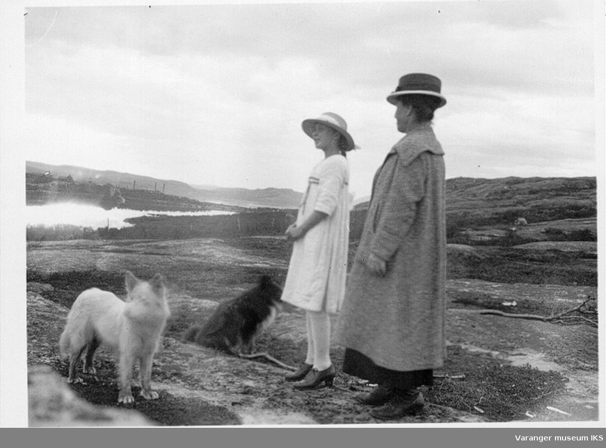 Anna Karlsen og Mildrid Hoel med hund på fjelltur.