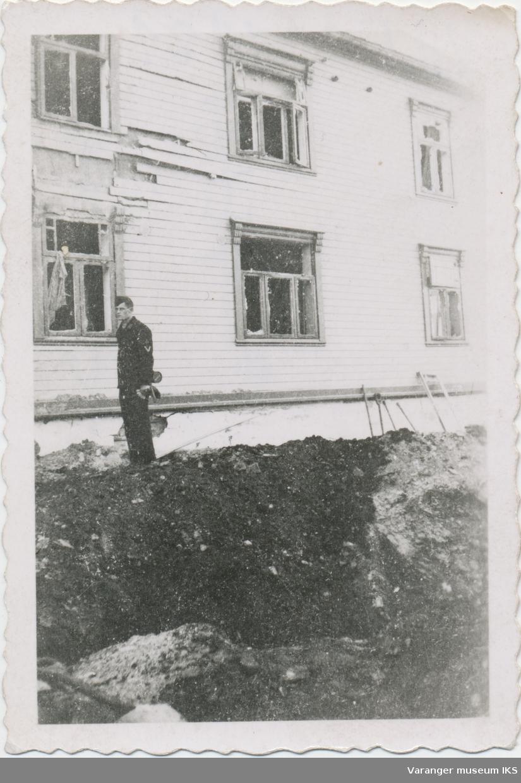 Tysk soldat ved bombekrater foran Festningsgata 15