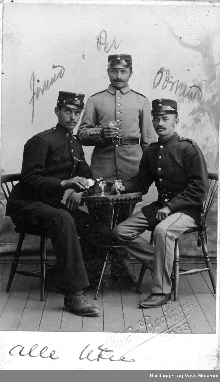 Jørund J., Per J. og Oddmund Å. Utne i uniform