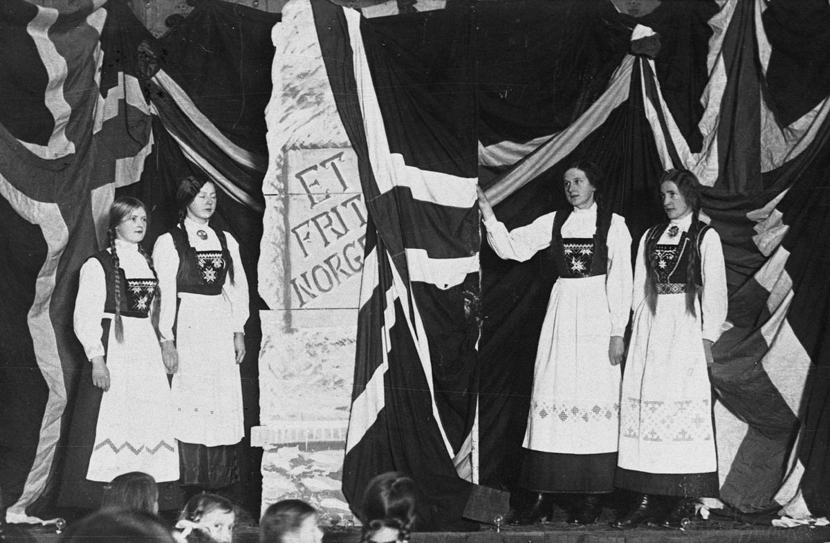 """Postkort, """"Et fritt Norge"""", kvinner, 4, bunad, norsk flagg"""