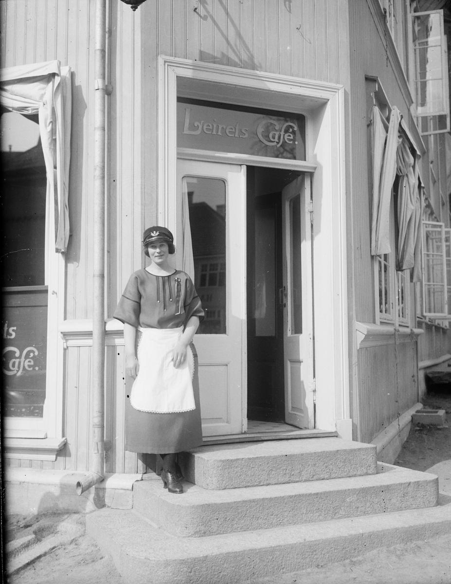 Dame utenfor Leirets Café