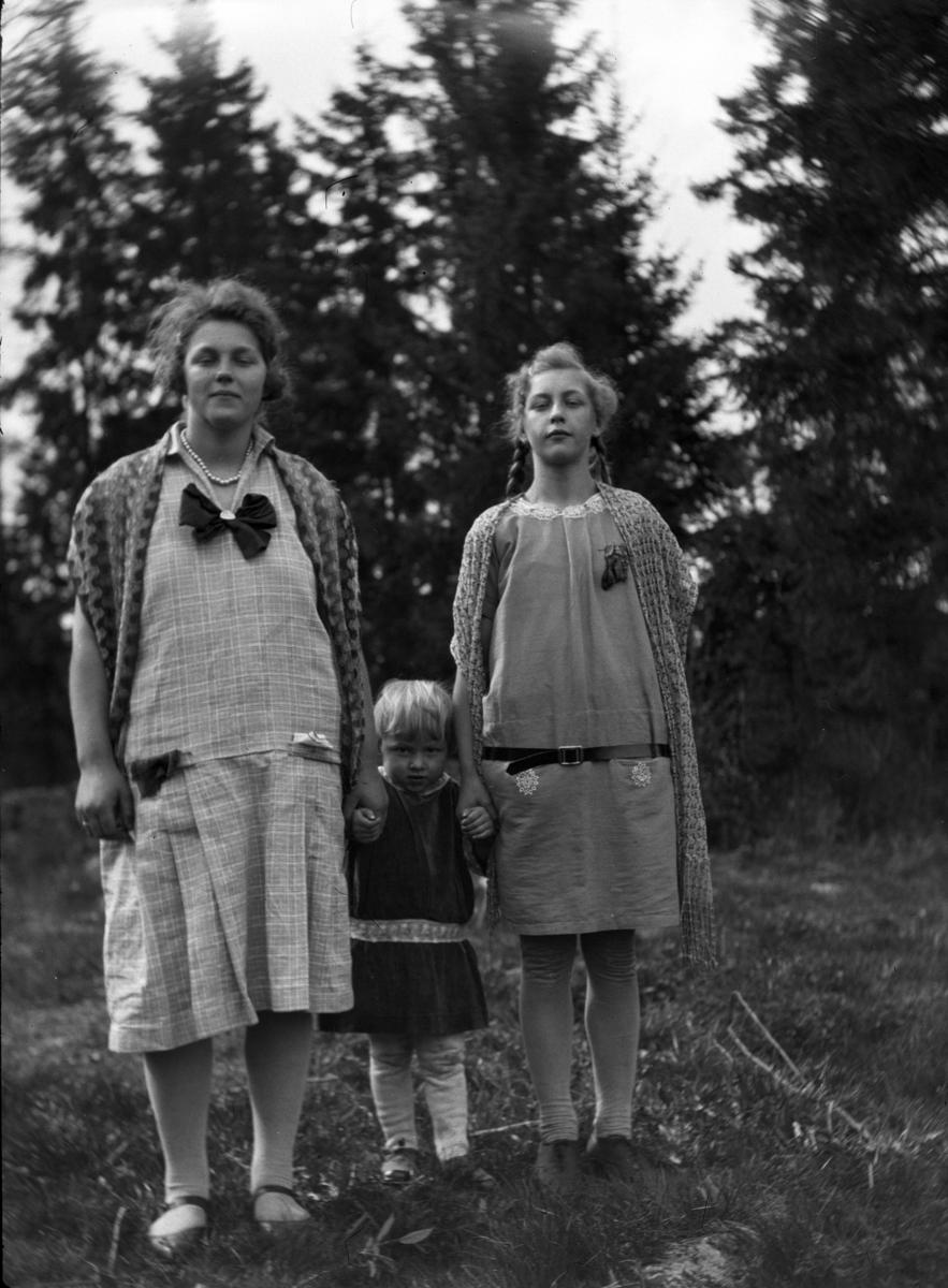 Tre ukjente personer i skogen.