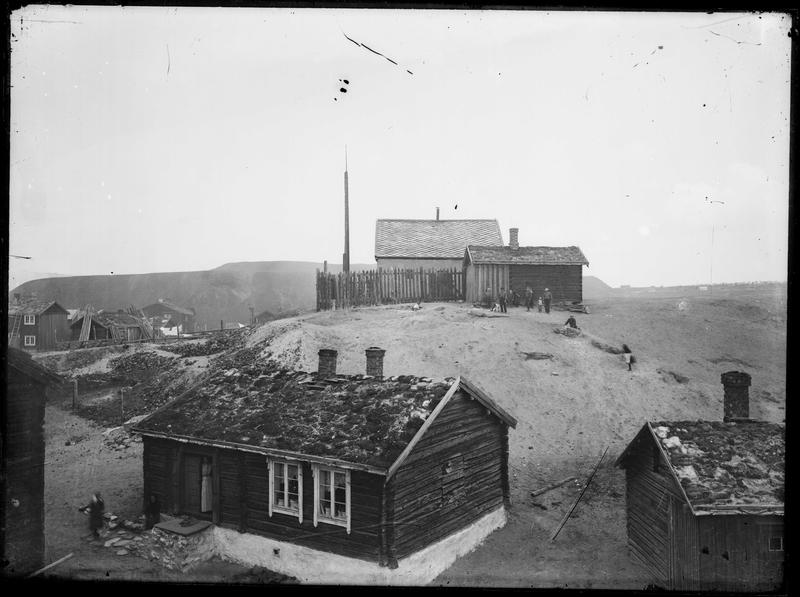 Korthaugen skanse på Bakkan på Røros. Barn som leker ved Skansen. Bebyggelse på Bakkan