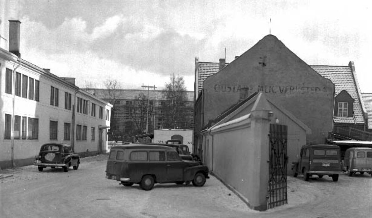 Ideal Flatbrødfabrikk og Oustad Mekaniske Verksted, bilverksted. Foto Normann 14. 02. 1955.