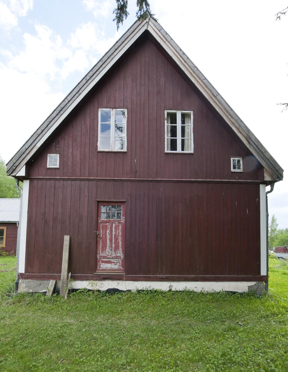 Bygning på opprinnelig plass. Ferdighus produsert av Nordviken Bruk. Tidlig eksempel på ferdighus, det vil si prefabrikerte hus som er markedsført gjennom kataloger til fast leveransetid og pris. Estetisk representerer det arkitekturoppfatningen fra 1920-årene: nyklassisisme. Huset er oppført i en og en halv etasje med steilt saltak tekket med teglstein.  Det har malt, høvlet panel utvendig. Grunnplanen er tredelt med stue, kammers og kjøkken. Den gamle kjøkkeninredningen er intakt. Huset har murt grunnmur og kjeller.