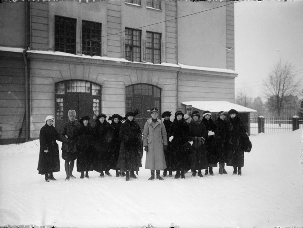 Grupporträtt framför byggnad i Boden, 1924.