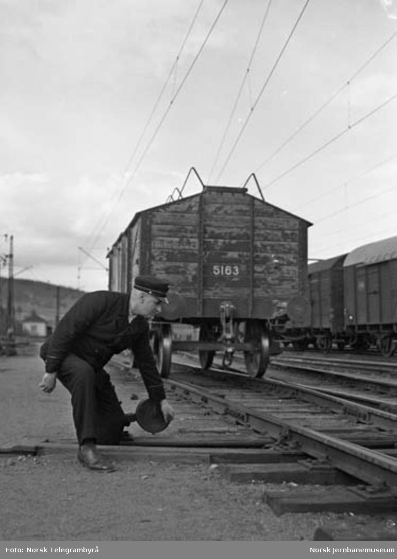 Der vognene harpes - Arbeidet i skiften : sporskifter Hans Kristiansen legger pensen over
