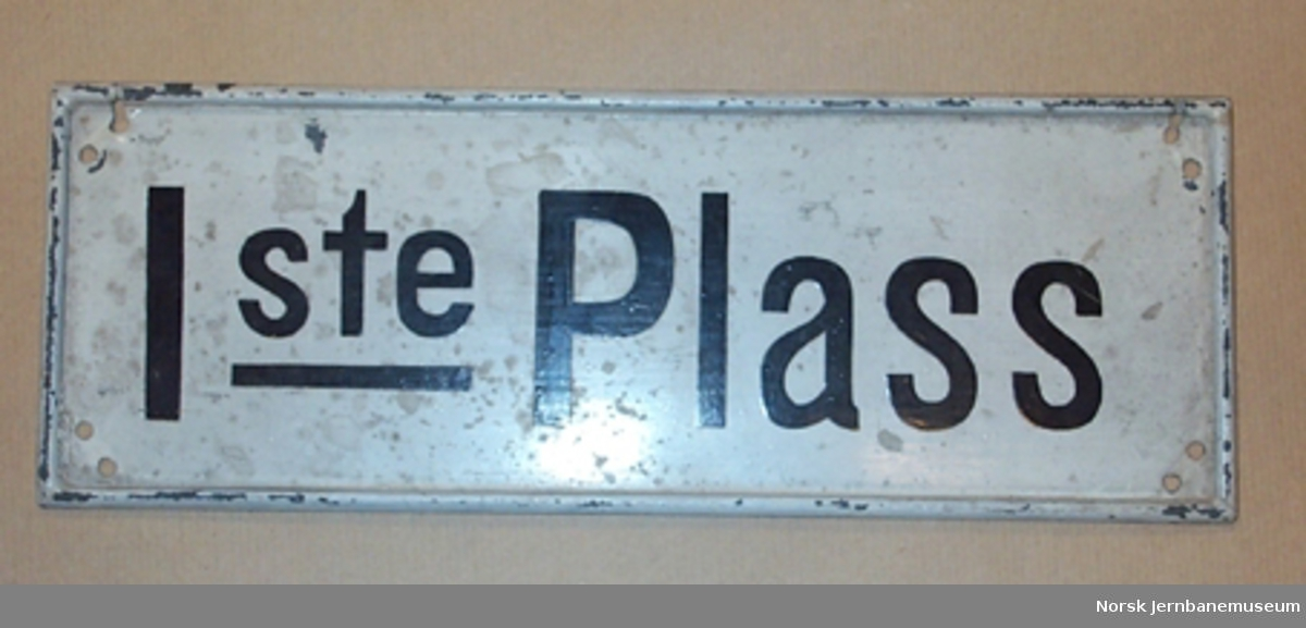 """Skilt : """"1ste Plass"""" - til bruk i personvogner"""